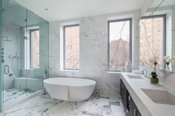 badeinrichtungen-ideen-moderne-badewanne-viele-fenster