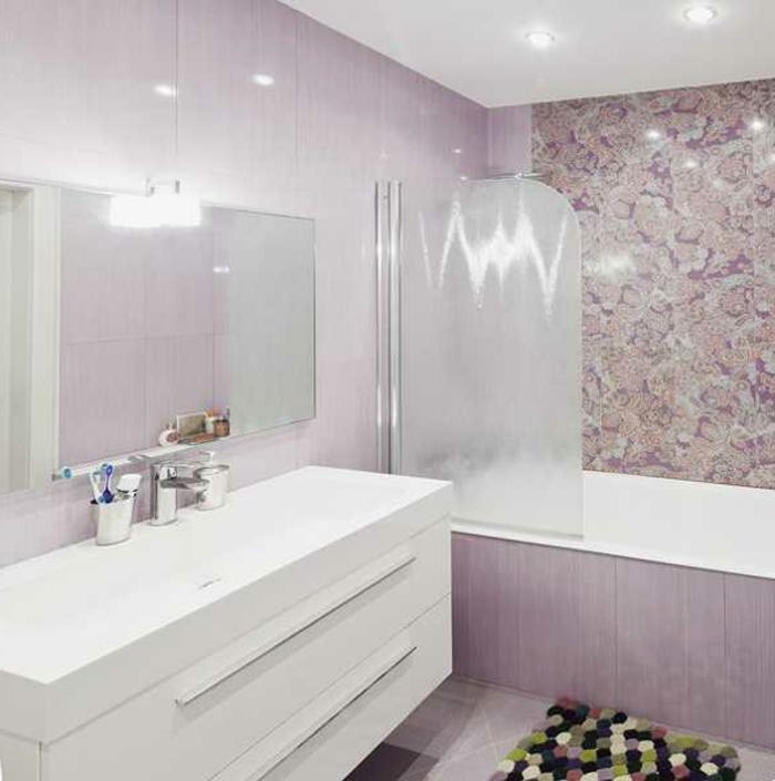 Badeinrichtungen ideen rosige tapete weißer schrank