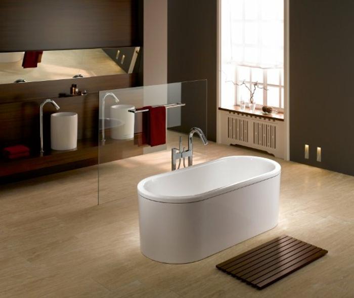 badeinrichtungen-ideen-weiße-freistehende-badewanne
