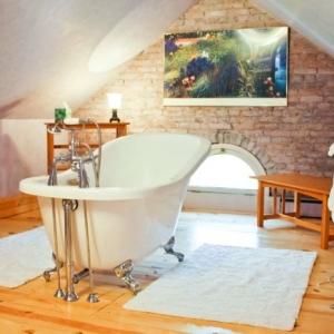 Badewanne unter Dachschräge: 22 süße Modelle!