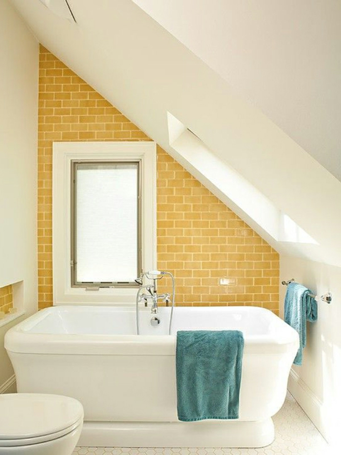 badewanne-unter- dachschräge-gelbe-wand-als-akzent