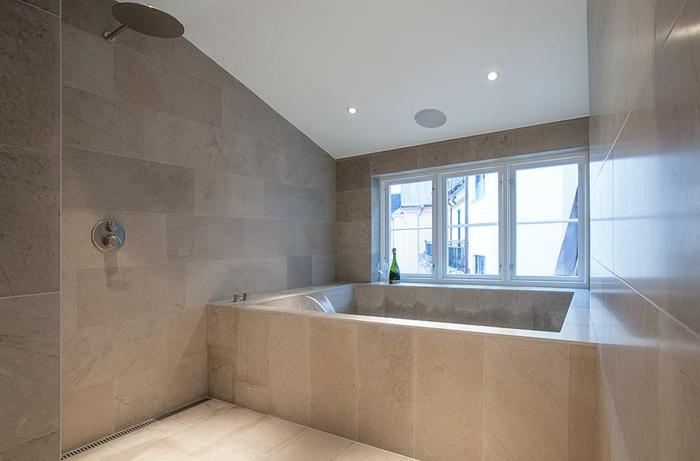 badewanne-unter- dachschräge-moderne-deckenleuchten