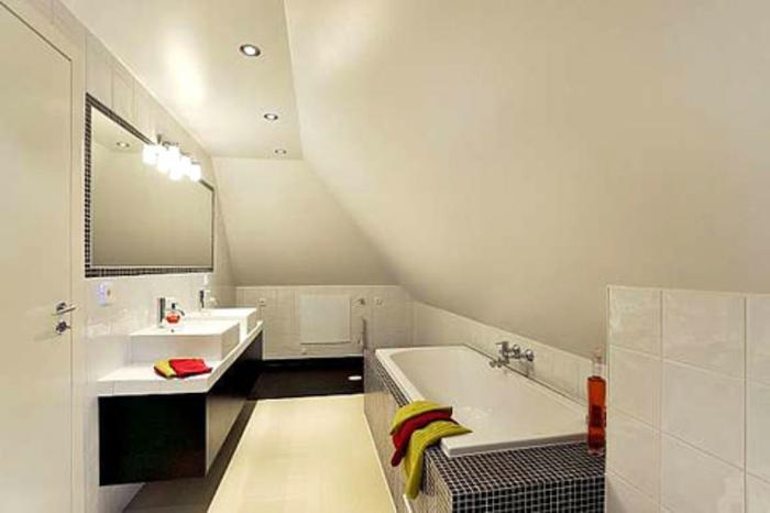 weißes modell von badewanne unter dachschräge - kleines bad ...