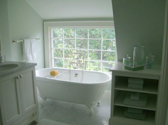 badewanne-unter- dachschräge-modernes-großes-fenster