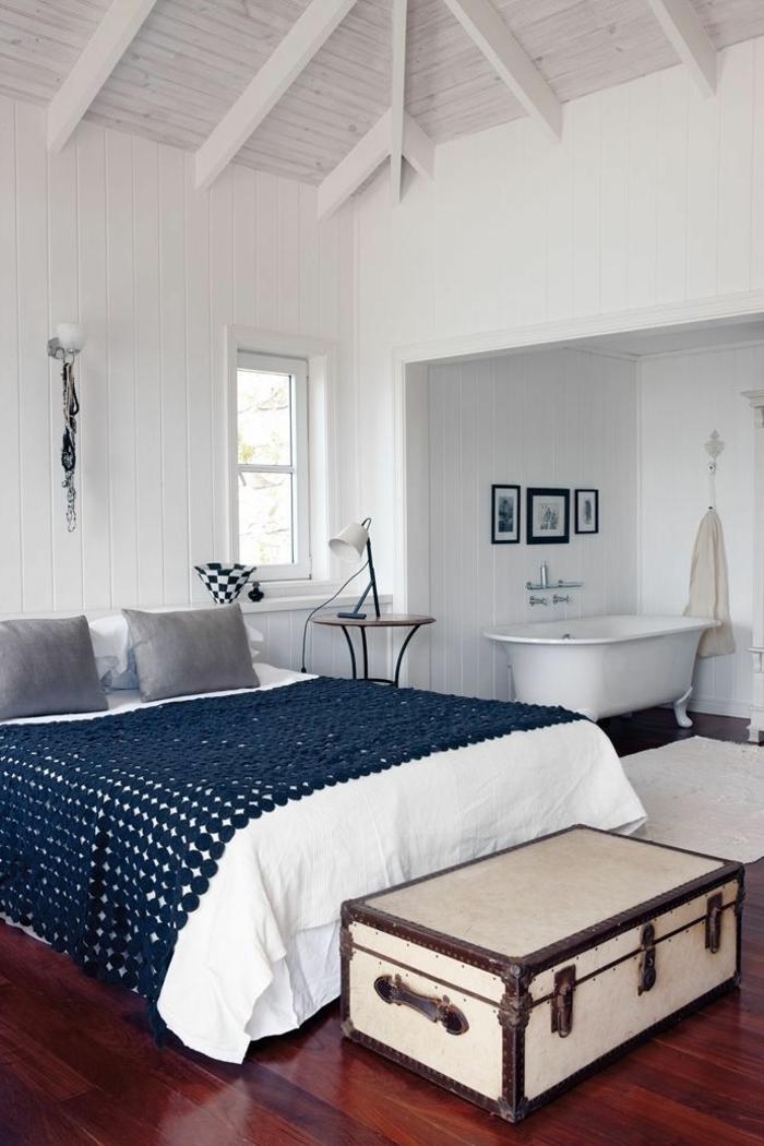 badewanne-unter- dachschräge-weiße-ausstattung-vom-schlafzimmer