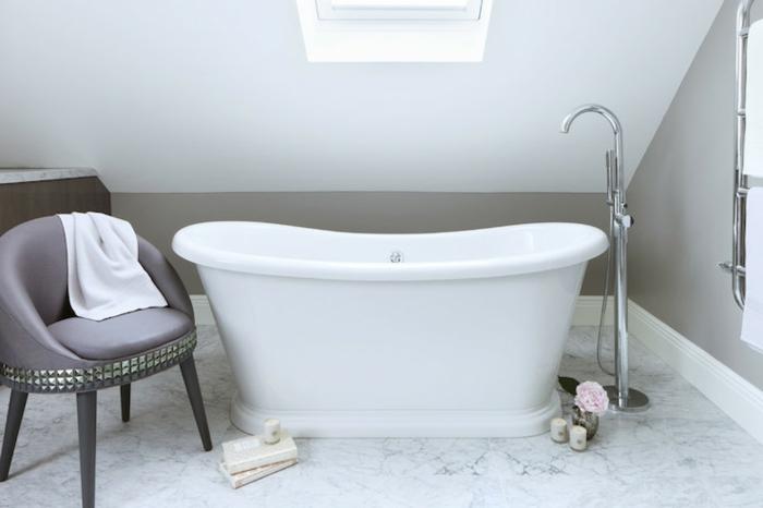 badewanne-unter- dachschräge-weiße-gestaltung
