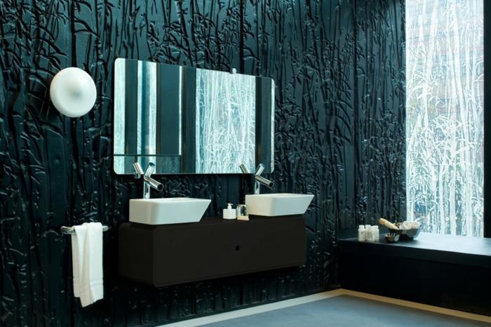 badezimmer-in-schwarz-interessanter-großer-spiegel