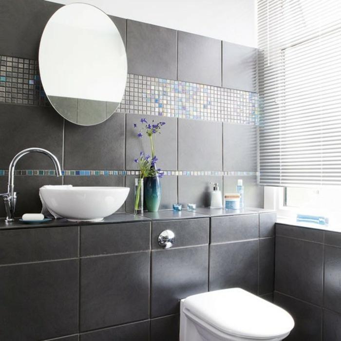 badezimmer-in-schwarz-schöner-runder-spiegel