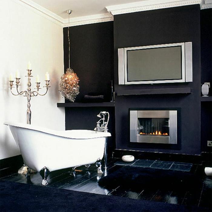 badezimmer-in-schwarz-und-weiß-kamin-im-bad