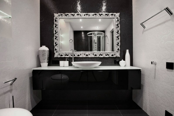 badezimmer-in-schwarz-und-weiß-moderner-spiegel