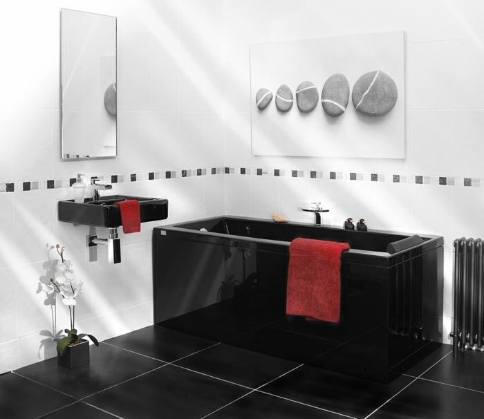 badezimmer-in-schwarz-und-weiß-rote-tücher