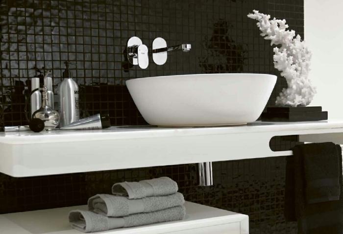 badezimmer-in-schwarz-und-weiß-schöne-blumen