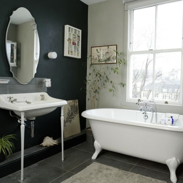 badezimmer-in-schwarz-und-weiß-schönes-fenster-weiße-badewanne