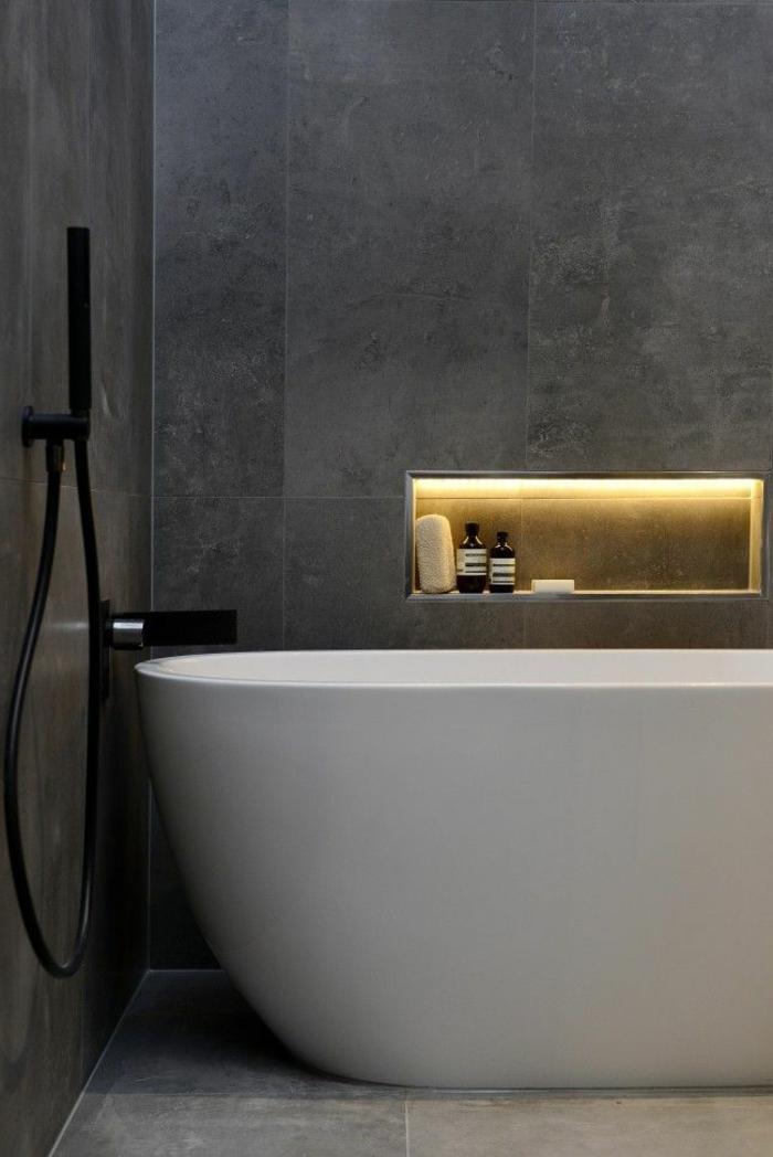 badezimmer-in-schwarz-und-weiß-schicke-beleuchtung