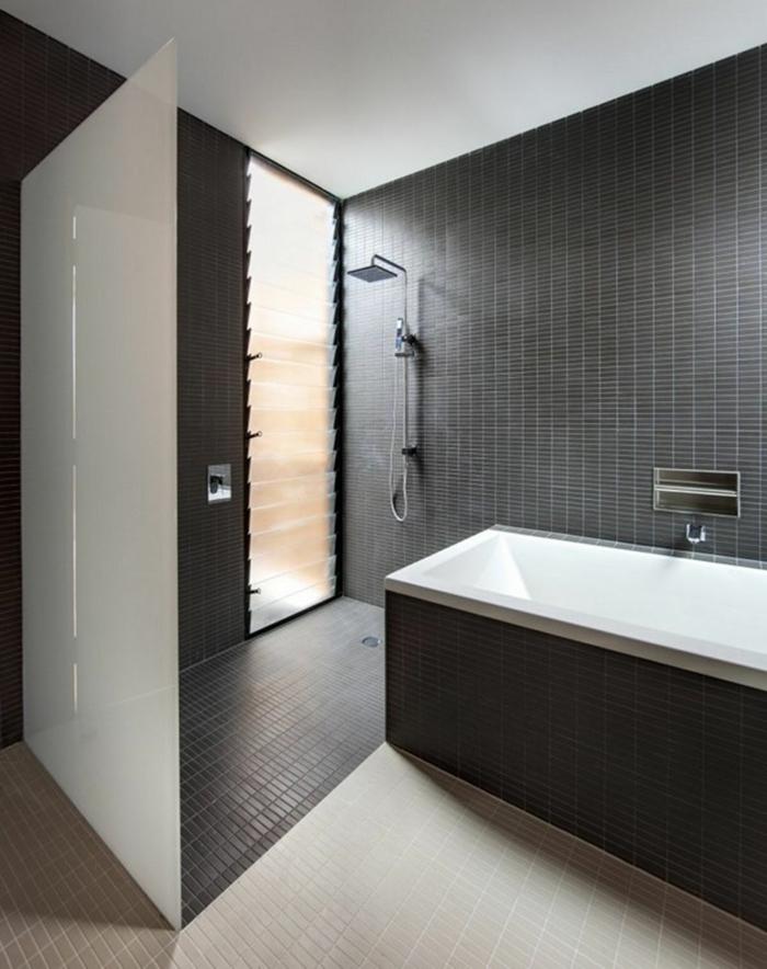 badezimmer-in-schwarz-und-weiß-schwarze-wand