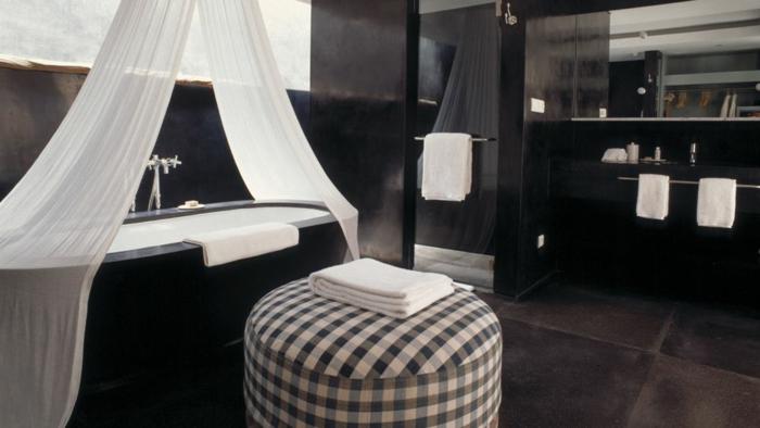 badezimmer-in-schwarz-weiße-gardinen