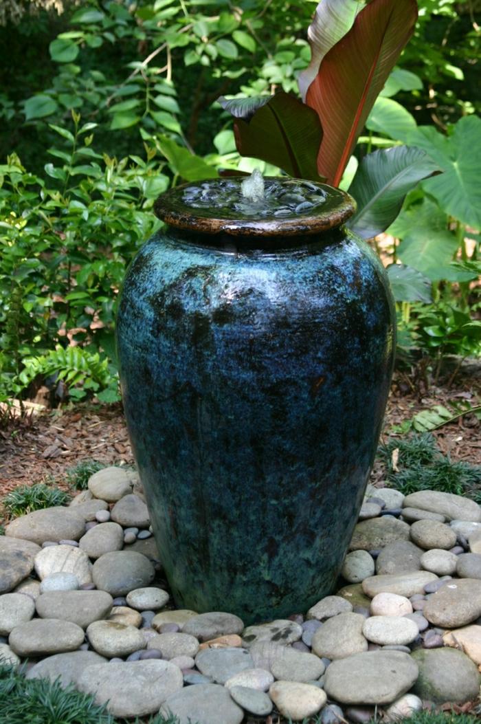 blauer-Brunnen-ohne-Teich-dekorative-Steine-Garten