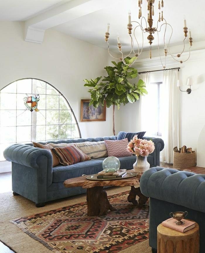 blaues-Chesterfield-Sofa-hölzerner-Kaffeetisch