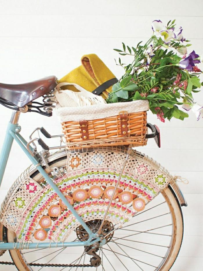 blaues-vintage-Fahrrad-Stickerei-Dekoration-Räder-Korb-Tasche-Blumen