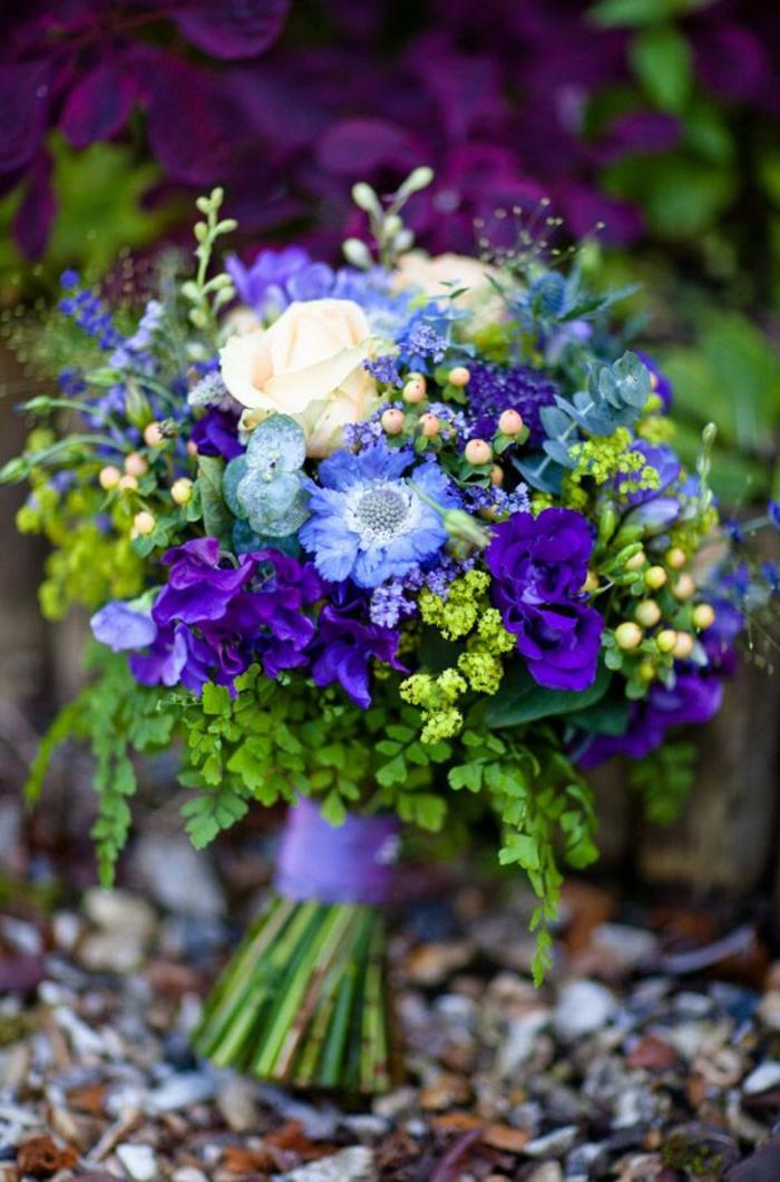 blumensträuße-mit-wunderschönen-blumen-dekoration-deko-mit-blumen-in-lila-und-blau