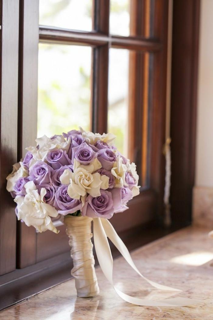 blumenstrauß-blumensträuße-mit-wunderschönen-blumen-dekoration-deko-mit-blumen-rosen-in-weiß-und-lila