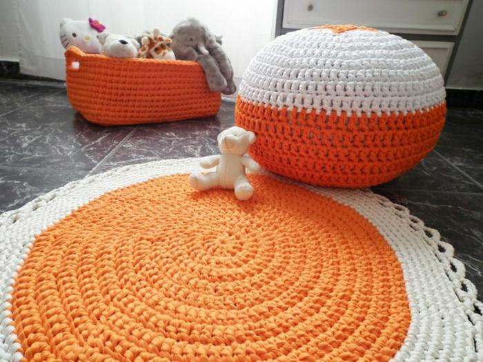 bodensitzkissen-sitzkissen-gemütliches-ambiente-pouf-sitzkissen-in-weiß-und-orange