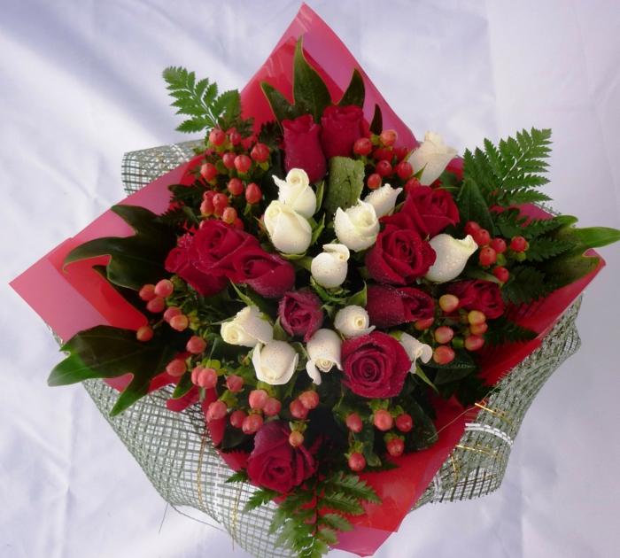 bouquet_aus-roten-und-weißen-rosen