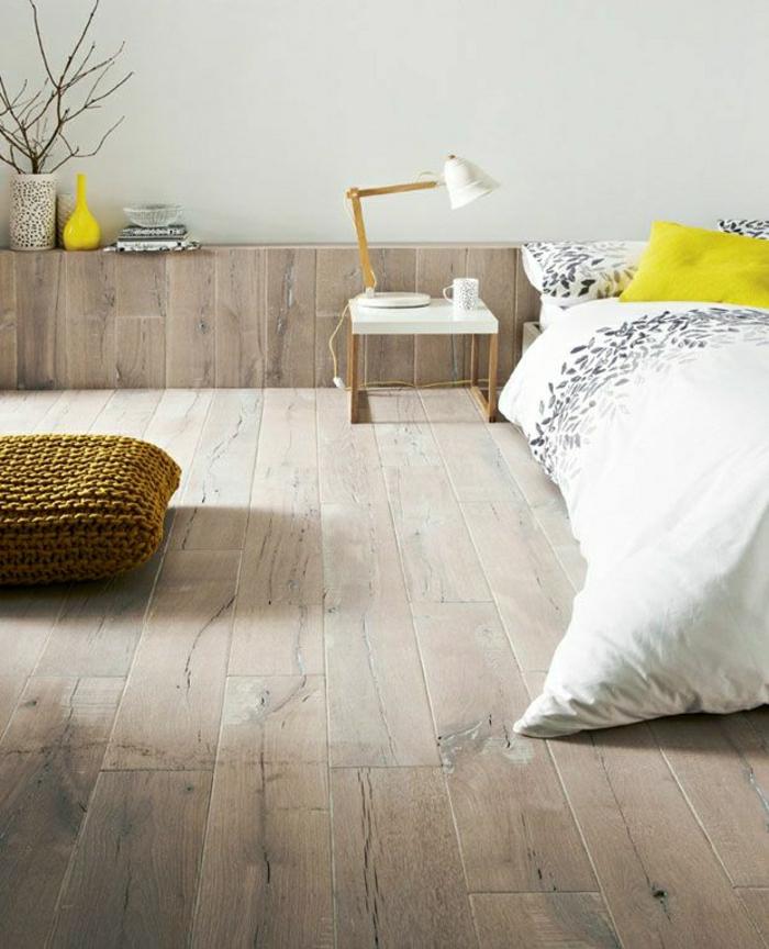 breites-Schlafzimmer-skandinavisch-Holz-gelbe-Akzente