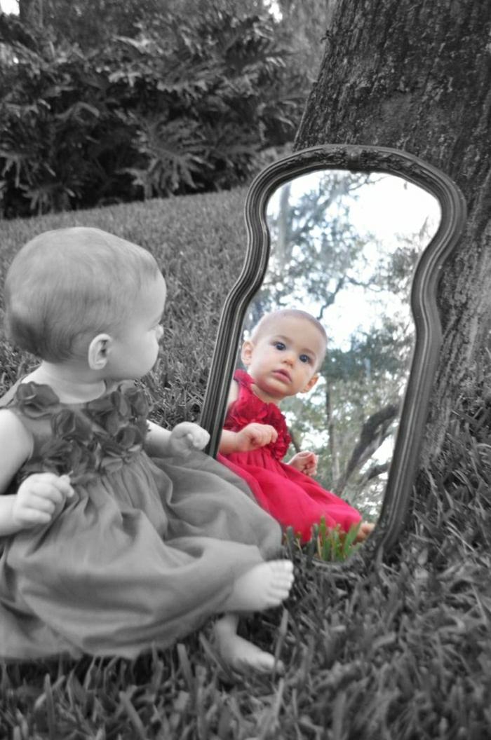 coole-Bilder-Baby-schwarz-weiß-Spiegel-farbige-Widerspiegelung