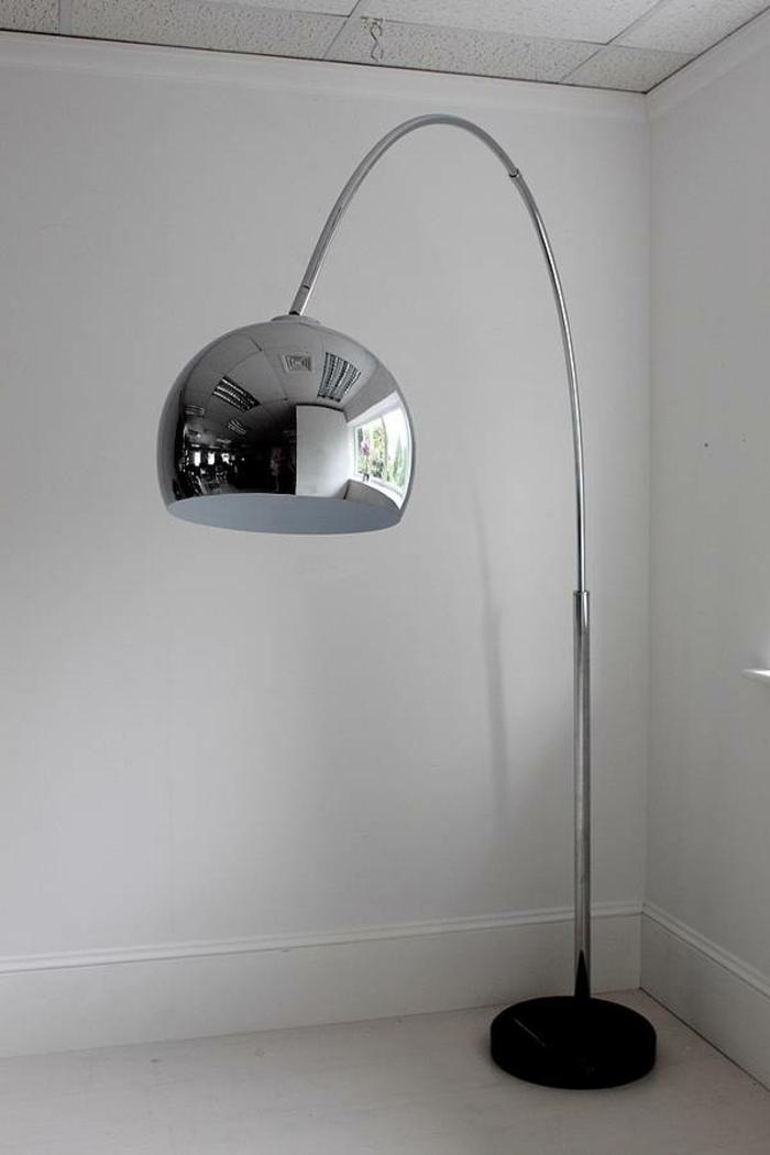 cooles-modell-bogenlampen-leeres-zimmer