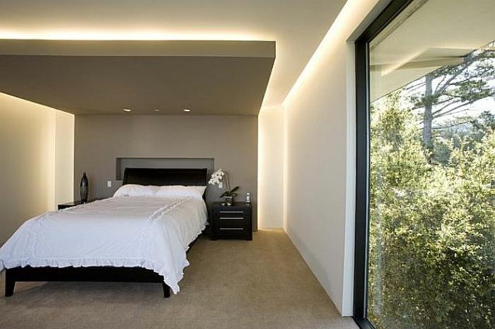 deckenbeleuchtung-für-schlafzimmer-große-gläserne-wand-weißes-bett