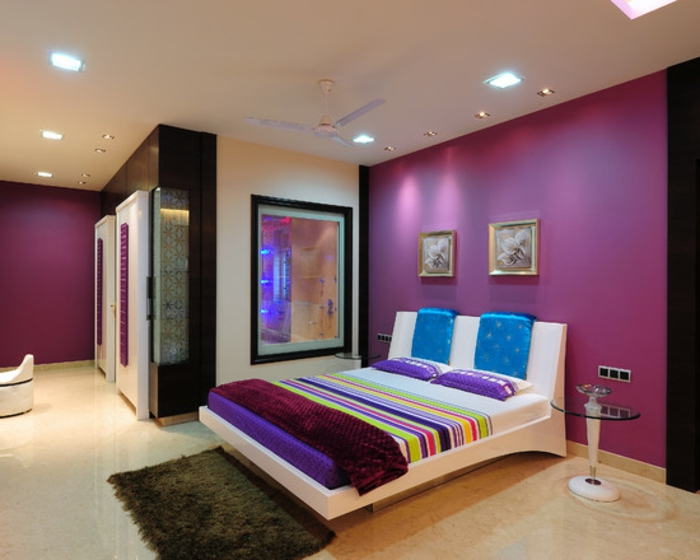 deckenbeleuchtung-für-schlafzimmer-moderne-lila-wand-und-viele-bilder