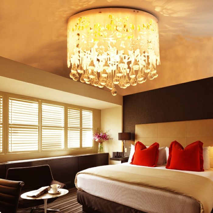 deckenbeleuchtung-für-schlafzimmer-rote-kissen-cooler-lüster