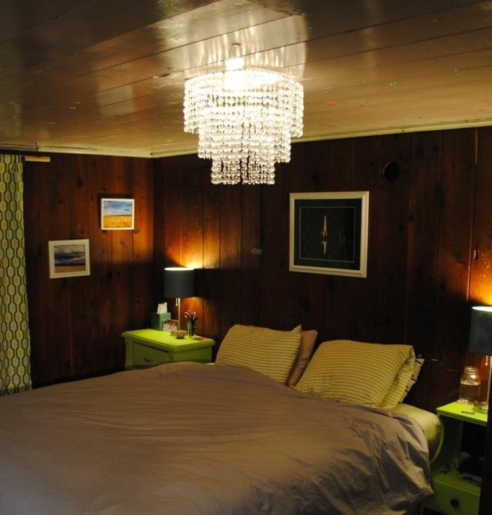 deckenbeleuchtung-für-schlafzimmer-schwarze-wände-interessanter-lüster