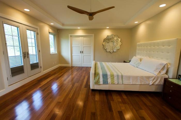 deckenbeleuchtung-für-schlafzimmer-viele-fenster-im-zimmer