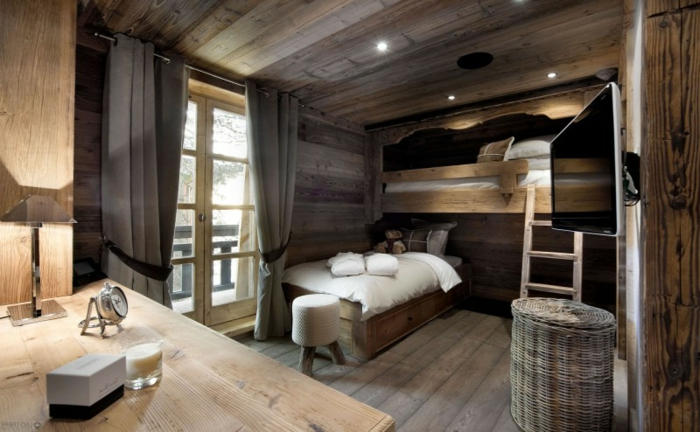 deckenbeleuchtung-für-schlafzimmer-weiße-bettwäsche-dunkle-gardinen