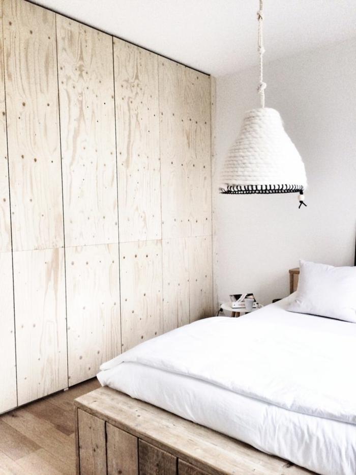 deckenbeleuchtung-für-schlafzimmer-weißes-interieur-hölzerne-schränke