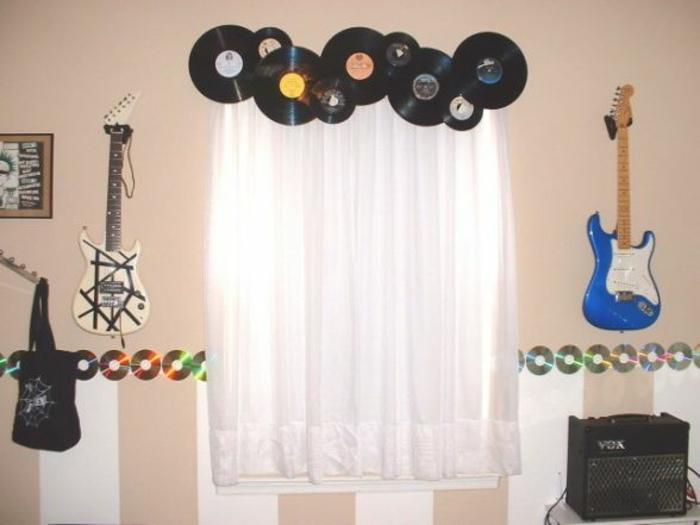 deko-mit-schallplatten-attraktive-dekoartikel-über-den-weißen-gardinen