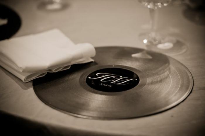 deko-mit-schallplatten-sehr-elegante-tischdekoration