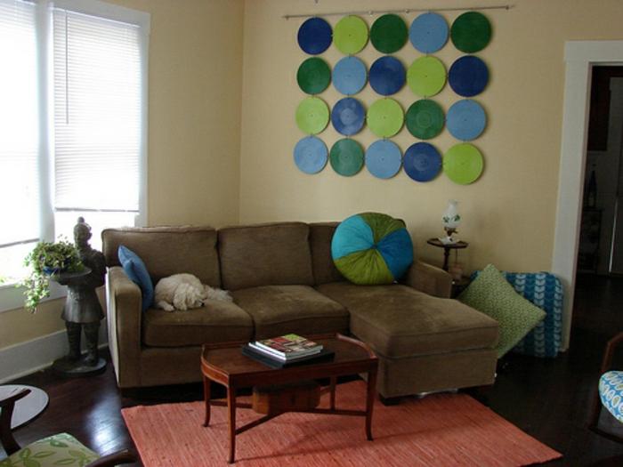 deko-mit-schallplatten-tolle-wandgestaltung-im-wohnzimmer-mit-einem-braunen-sofa
