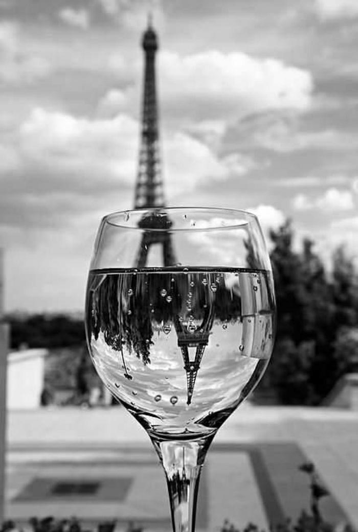 der-Eiffelturm-Glas-Widerspiegelung