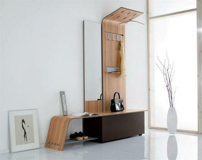 designer-schuhregal-interessante-modelle-neben-einer-gläsernen-wand