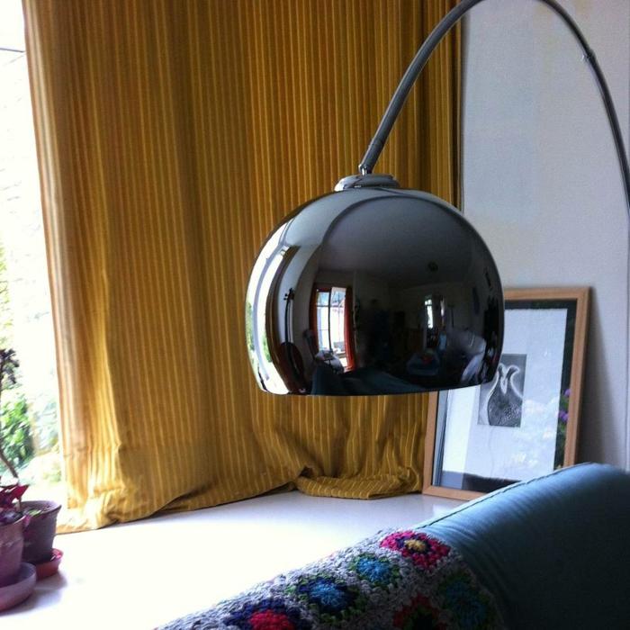 eine-bogenlampen-im-wohnzimmer