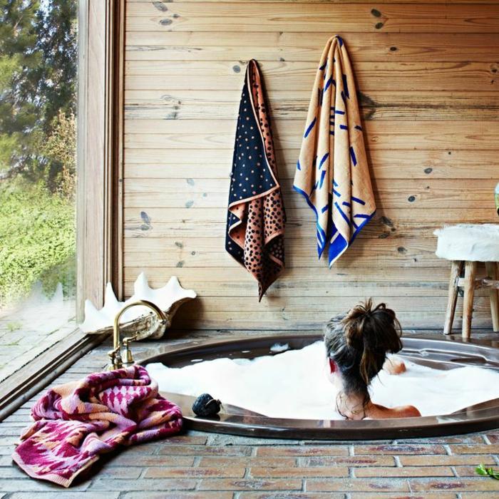 eingelassene-badewanne-ein-mädchen-drin