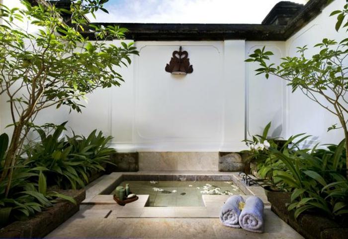 eingelassene-badewanne-exotische-gestaltung