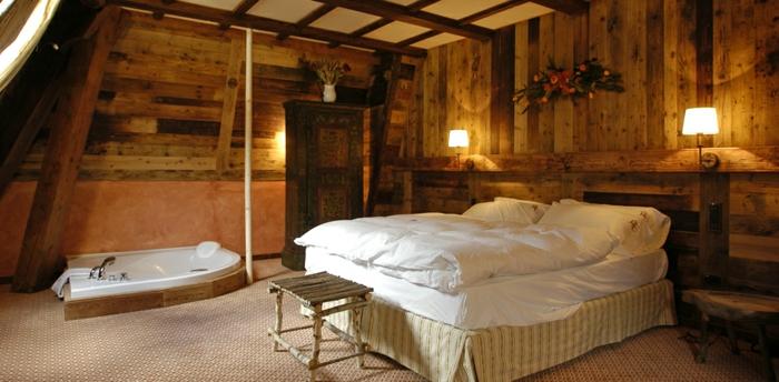 eingelassene-badewanne-gemütliches-schlafzimmer