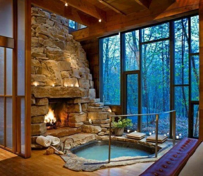 eingelassene-badewanne-gläserne-wände-und-kamin-aus-stein
