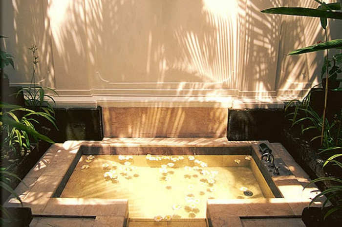 eingelassene-badewanne-kleine-moderne-gestaltung