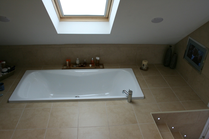 interessante eingelassene badewanne in einer dachwohnung. Black Bedroom Furniture Sets. Home Design Ideas