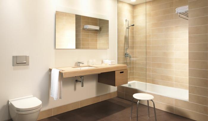 eingelassene-badewanne-schönes-helles-badezimmer